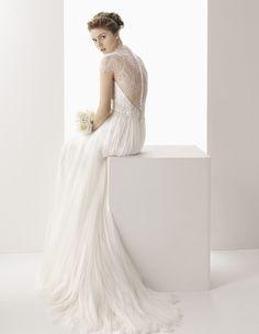Aquí mi propuesta de Rosa Clará, este fantástico vestidos de novia con espalda de encaje. Todos aquí: http://www.esta-de-moda.es/moda-tendencias/ropa/vestidos-originales-de-boda/