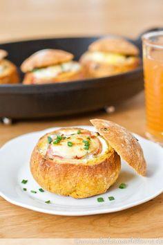 Ein einfaches, aber extrem leckeres Wochenend-Frühstück: Gebackene Eier im Brötchen.