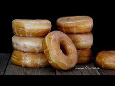 Receta y video paso a paso, para preparar unos deliciosos y tiernos Donuts clásicos caseros, fritos, y pintados con glasa.