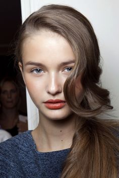 Sideswept hair | Red lips.
