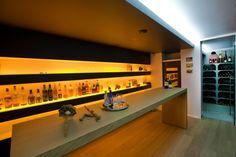 Houten bar met open drankenkast  en wijnkelder