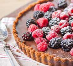 This Chocolate Ganache Tart tart is full of dark choc flavour with a hint of citrus. Top with fresh berries and serve with a dollop of whipped cream. Chocolate Ganache Tart, Chocolate Flavors, Chocolate Recipes, Chocolate Pudding, Baking Recipes, Dessert Recipes, Pie Recipes, Parfait, African Dessert