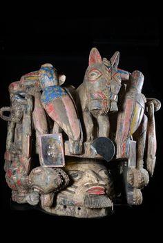 Les masques Epa des Yoruba sont des masques assez imposants, voire très imposants avec des dimension pouvant faire 2 x 2 mètres dans certains cas avec de complexes superstructures de bois sculpté. Les masques Epa servent lors des cérémonies éponymes. Le reste du temps, ils sont entreposés sur des autels, et servent à la dévotion des fidèles de ce culte. Nous hésitons sur l'attribution de ce dernier, masque Epa ou Masque gélèdè avec une superstructure ?