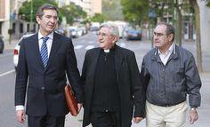Jesús Hernández Sahagún (centro), junto a su letrado (izquierda) y un acompañante a la salida de los juzgados después de declarar. - RAÚL G. OCHOA