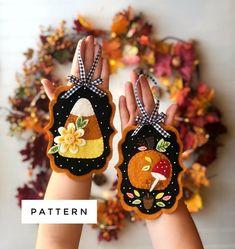 Felt Ornaments Patterns, Felt Patterns, Ornaments Design, Applique Patterns, Diy Ornaments, Felt Halloween Ornaments, Gingerbread Ornaments, Ornament Tree, Applique Ideas