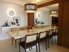Sala de jantar | O painel com portas embutidas em marcenaria criam unidade à parede | As portas dão acesso ao lavabo e à cozinha | marcelasantiago.com.br