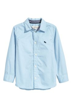 White/dotted. Long-sleeved shirt in soft washed cotton twill. Small embroidered detail on chest, buttons at cuffs, and contrasting color inside collar stand