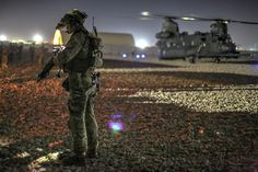 A coalition security force member pulls security before boarding a Chinook Helicopter during an operation to capture a Taliban commander in Nahr-e Saraj district, Helmand province, Afghanistan. Army photo by Spc. Michael G. Military Police, Military Weapons, Military Art, Military Personnel, Military Aircraft, Special Forces Gear, Military Special Forces, Us Army Rangers, 75th Ranger Regiment