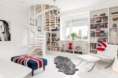 foorni.pl | Białe schody kręcone - mieszkanie dwupoziomowe w stylu skandynawskim