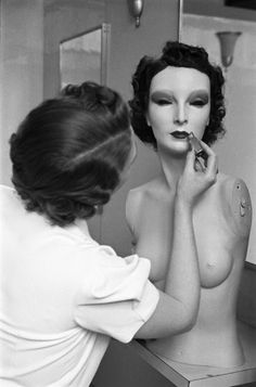 """""""Cynthia"""" the mannequin, superstar. Photo by Alfred Eisenstadt by freda Mannequin Display, Vintage Mannequin, Mannequin Heads, Life Magazine, Star Wars, Vintage Beauty, Vintage Fashion, Mannequins, Vintage Photos"""