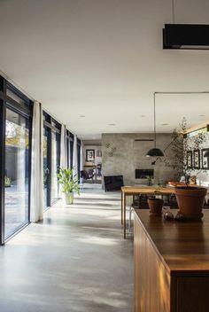 offene Küchengestaltung im industriellem Stil Betonwände und Holzmöbel