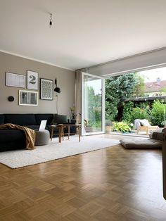 Werbung // Ein erster Blick durch unser Wohnzimmer. Wandfarbe von Alpina/Gallery wall/Blick ins Grüne – Blogpost auf 170qm.com