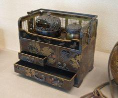 花蝶蒔絵煙草盆 #museumweek Japanese Culture, Japanese Art, Japanese Buildings, Game Props, Modern Traditional, Everyday Items, Decoration, Antique Furniture, Miniature