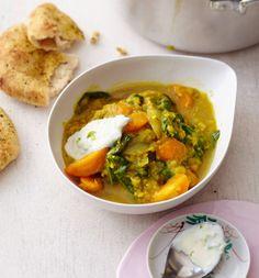 Mit Curry, Limette und Sojajoghurt schmecken Möhren mit Zwiebeln und Linsen gleich aufregend asiatisch.