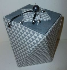 boîte grise de forme originale