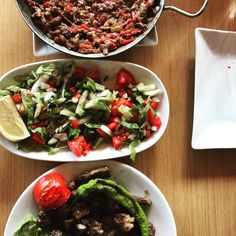 Sac tava, çoban salata ve karışık ızgara et. Etin yumuşaklığı ve kekik kokusu👌   🇬🇧 Lamb on iron plate, mixed grilled meat and shepherd's salad. Meat is so tender and smells of thyme👌