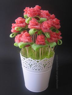 Rosas de regaliz que están ¡para comérselas! Dessert Kabobs, Candy Kabobs, Birthday Treats, Birthday Parties, Bar A Bonbon, Sweet Trees, Little Presents, Candy Cakes, Chocolate Bouquet