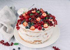 Himbeer Mascarpone Torte – herrlich einfach This fruity raspberry mascarpone cake is easy to prepare. With and without Thermomix. The cake is also easy to prepare. Dessert Dips, Bon Dessert, Mascarpone Cake, Ricotta Cake, Fruit Wedding Cake, Naked Cakes, Free Fruit, Food Cakes, Fruit Cakes