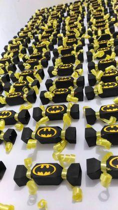 Balas Personalizadas Batman Scrap  Deixe a sua festa muito mais charmosa!!!  Medida da bala: 7 cm de altura X 1,5 cm cada lado da bala.  Balas Utilizadas por cima da embalagem scrap:   iorgute (marca Santa Fé), Freegells (cereja, laranja,morango, menta e etc.) Freegells Mix de Frutas (morango e m...