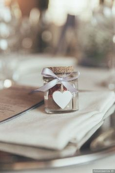 Barattolino di vetro con cuore di legno e tappo in sughero come segnaposto di nozze DIY