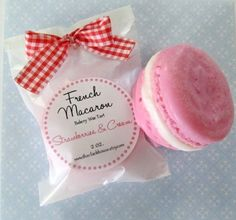 Adoreeeee the packaging on this, especially the bow print Macaroon Packaging, Baking Packaging, Ice Cream Packaging, Craft Packaging, Pretty Packaging, Packaging Ideas, Macaroon Recipes, French Macaroons, Wax Tarts