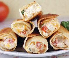En un bowl mezcla pollo cocinado y desmenuzado, cream cheese, sour cream, guacamole, queso cheddar, espinaca, sal y pimienta. Coloca la mezcla en tortillas, enrolla y coloca en un sartén con aceite. Dora los rollos, retira, deja enfriar y sirve con la salsa de tu preferencia.