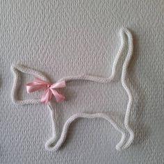 Joli chat en tricotin pour accrocher à un mur ou à poser sur un meuble pour une décoration originale. Dimension : 18 cm par 19 cm environ selon modèle Poids : 10 grammes Création faite main et unique Pour commander : laissez moi un message en précisant la forme du chat que vous