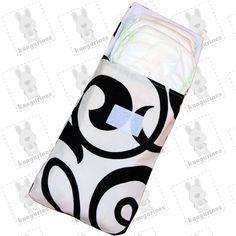 Bolsa porta pañales. Armonía blanco y negro. Lleva tus pañales de forma práctica, higiénica y original con esta bolsa porta pañales cada vez que salgas de casa con tu bebé. Podrás guardar hasta 6 pañales desechables, o 4 pañales y un paquete pequeño de toallitas húmedas si lo prefieres. De esta forma podrás llevar lo necesario para cambiar el pañal a tu peque independientemente del lugar donde te encuentres. (PVP: 9,95€ + Gastos de envío)