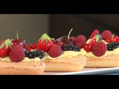 Tartelettes aux fruits rouges sur fond de Dacquoise - YouTube