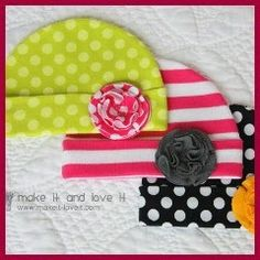 Knit Baby Hats: Cute hats for a baby girl being brought home in January. Baby Blanket Tutorial, Hat Tutorial, Flower Tutorial, Baby Girl Hats, Girl With Hat, Baby Girls, Girls Hats, Sewing For Kids, Baby Sewing