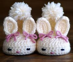 Crochet patterns baby booties bunny house slippers pattern number - these are sooo cute! Make in adult size? Poncho Crochet, Mode Crochet, Crochet Gratis, Baby Blanket Crochet, Crochet Blouse, Crochet Bunny, Crochet Baby Booties, Crochet Slippers, Crochet For Kids