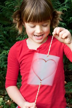 Bryson would love this!💙 Awesome valentine science for kids! Make optical illusion thaumatrope valentines. My Funny Valentine, Science Valentines, Valentine Theme, Valentine Crafts For Kids, Valentines Day Activities, Valentines Day Party, Valentine Ideas, Valentine Nails, Kids Crafts