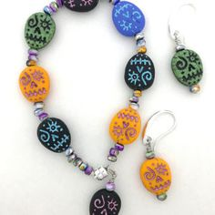 I fell in love with these funky sugar skull beads and I hope you will too! Jewelry Patterns, Bracelet Patterns, Skull Bracelet, Beaded Bracelets, Pattern Design, Free Pattern, Jewelry Kits, Beaded Skull, Sugar Skull