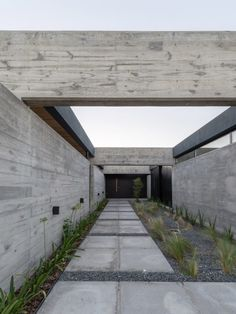 Stone and concrete layers form Casa SAB by PSV Arquitectura. Concrete Houses, Concrete Slab, Timber Ceiling, Charred Wood, Open Plan Living, Amazing Architecture, Ground Floor, Black House, Entrance