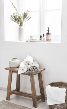 Hocker Lawas aus Teakholz What a stool is all about! In this bathroom, the rustic wooden stool Lawas is converted into a side table for towels. Even as a bedside table, the stool makes wonderful stora Unique Home Decor, Vintage Home Decor, Cheap Home Decor, Home Decor Bedroom, Living Room Decor, Wood Basket, Primitive Bathrooms, Wooden Stools, Home Decor Accessories