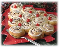 What a terrific idea for Christmas morning: Cinnamon Bun Christmas Tree. #cinnamon #bun #Christmas #tree #food #baking #brunch #breakfast #food #dessert #roll #entertaining