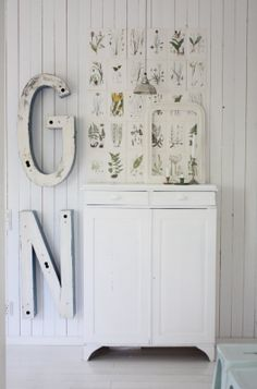 Love these large letters Shabby Chic Living Room, Shabby Chic Furniture, Home Furniture, Cute Cottage, Cottage Style, Bedroom Vintage, Vintage Decor, Rustic Design, Rustic Decor
