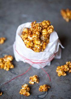 Karamellpopcorn – Caramel corn l SÖTA SAKER. Godis recept. Caramel Corn, Crackers, Popcorn, Cereal, Snacks, Breakfast, Mat, Sweet Stuff, Babyshower