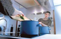 Espoolainen Jonna Vormala valmistaa kotonaan tillilihaa mumminsa kattilassa. Vanhaa reseptiä on höystänyt huippukokki Hans Välimäki.