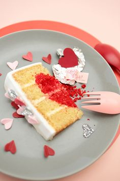 wedding cake with surprise note for guests baked within #weddingcake #weddingideas #weddingchicks http://www.weddingchicks.com/2014/01/28/heart-wedding-cake/