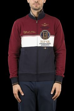 Sweatshirt with zipper closure and two welt pockets. On the left chest 4471376bf65