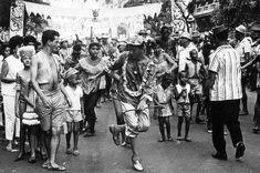 Foliões fantasiados dançam e se divertem no carnaval de rua. Rio de Janeiro, 27 de fevereiro de 1962.
