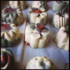 Jabón exfoliante de 3 arcillas enriquecido con manteca de karité, coco y cacao natural. Ideal para pieles sensibles.  Mail: jabonesnaturalesartesanos@hotmail.com  Web: https://sites.google.com/site/jabonesnaturalescaseros/   Instagram: jabones_naturales_artesanos