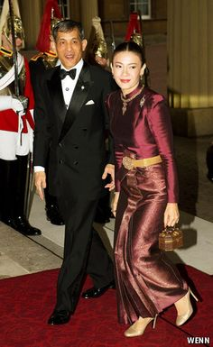 Crown Prince Maha of Thailand and his third wife Princess Srirasmi at Buckingham Palace in 2012 Royal Tiaras, Royal Jewels, Crown Prince Of Thailand, Elizabeth Ii, King Rama 10, King Thai, Prince Héritier, Thai Fashion, Queen Sirikit