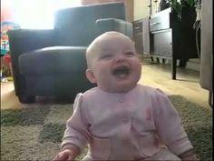 Bebé a rir-se com o cão