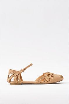 kylie sandals.  El último rastro de su femenina infancia.