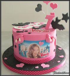 Gâteau au chocolat. Les décorations sont réalisées par ma fille : le chiffre, la plaque avec son prénom, les déco sur pic, les bouches de vampire, les cœurs, les étoiles...etc