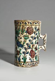 """Lote 730: """"Hanap"""" cilíndrico en cerámica turca de Iznik, h. 1575 :: Alcalá Subastas"""