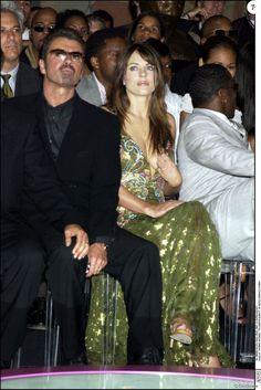 George Michael et Elizabeth Hurley au défilé Versace à Paris en juillet 2002. Le chanteur anglais est mort à 53 ans le 25 décembre 2016.