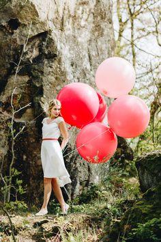Ich freue mich immer wieder aufs Neue, wenn die neue Saison sozusagen losgeht und tolle Designer Labels ihre neuen Brautmode Kollektionen ... Helium Balloons, Latex Balloons, 2018 Wedding Trends, 17th Birthday, Vintage Stil, Balloon Bouquet, Fashion Shoot, White Dress, Photoshoot